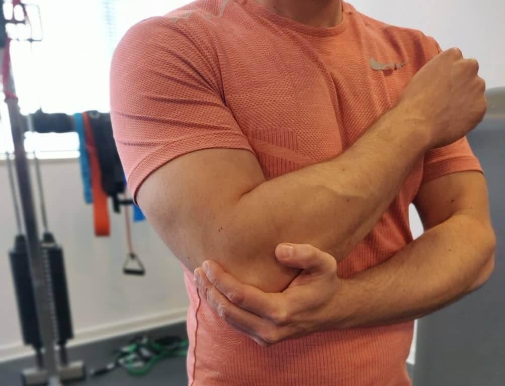 כאבים במרפק: גורמים, תסמינים ודרכי טיפול